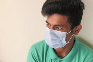 en ung man med skyddande mask