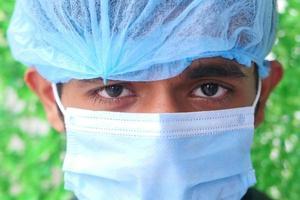 en ung man som bär en skyddande mask
