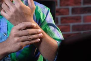 ung man med smärta i handleden