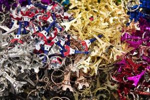närbild av paris souvenirer foto