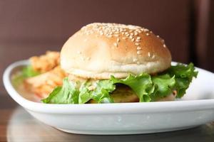 nötköttburger på en tallrik på tabellslut upp
