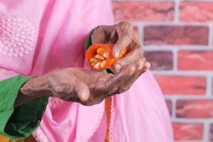 äldre kvinna tar dagliga piller foto