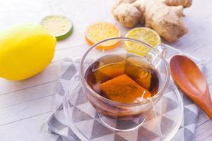 ingefära te och citron på trä bakgrund