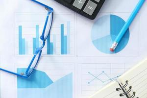 ekonomisk graf och miniräknare på bordet
