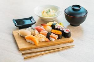 lax, tonfisk, skal, räkor och annat kött sushi maki foto