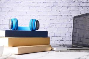 böcker och hörlurar på skrivbordet