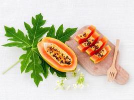 färsk papaya på en skärbräda foto