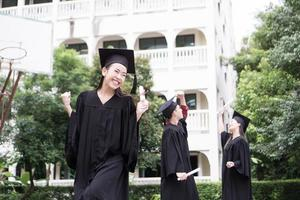 porträtt av olika internationella examenstudenter som firar framgång foto