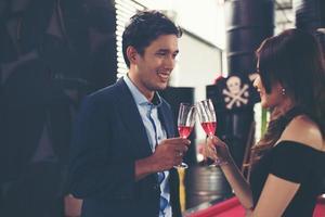 ungt affärspar med glas champagne foto