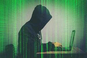 ung hackare som arbetar hårt med att lösa konceptet för lösenordskoder online foto