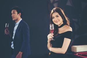 unga affärspar med glas champagne. foto