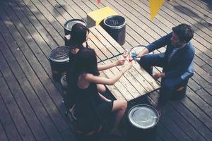 porträtt av glada unga vänner som har kul och dricker tillsammans foto