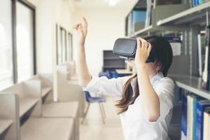 porträtt av en ung asiatisk kvinna som bär virtuella verklighetsglasögon foto