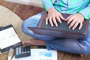 man sitter på golvet som arbetar hemifrån foto
