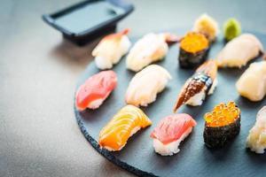 nigiri sushi set med lax, tonfisk, räkor, räkor, ål, skal och annan sashimi foto