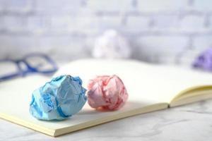 skrynklig pappersboll och anteckningsblock