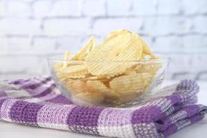 skål med läckra potatischips