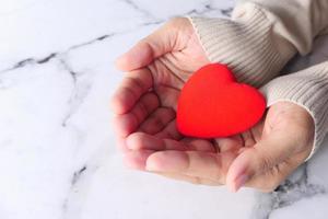 kvinna med rött hjärta på nära håll foto