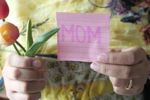 mors dagskoncept av kvinnor som håller tulpanblomman