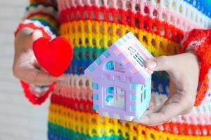 leksakshus och leksak rött hjärta