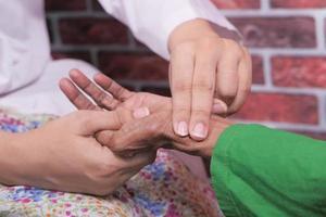 kvinnlig läkare som mäter puls hos äldre kvinnor