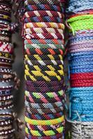traditionella handgjorda varor på marknaden i Cusco, Peru foto