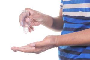 använder desinfektionsvätska isolerad på vitt foto