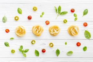 färsk pasta, tomater och basilika foto