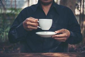 affärsman som dricker en kaffe utomhus foto