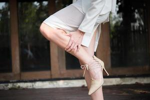 affärskvinna som masserar trötta ben