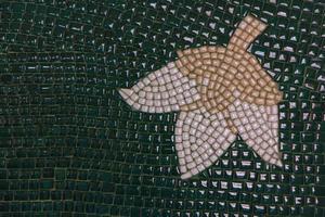 snövita blommor på gröna keramiska plattor foto