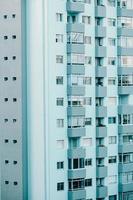 en närbild av en repetitiv byggnad på blå toner foto