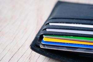 plånbok full av kreditkort foto