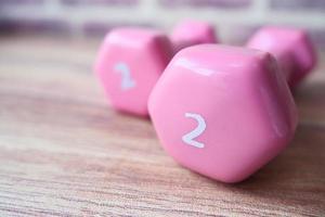 rosa hantlar på ett bord