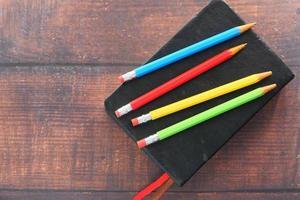närbild av färgglada pennor på anteckningsblocket