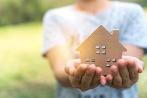 copyspace-modell av ett litet hus i händerna på en kvinna foto