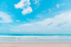 tropisk strand och bakgrund för blå himmel foto