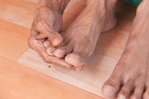 gammal kvinnas händer och fötter foto