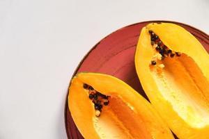 skiva papaya på en tallrik