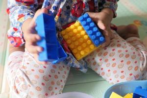 barn som leker med byggstenar foto