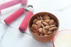mandlar och fitnessutrustning foto
