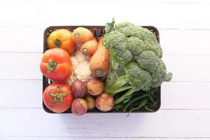 ovanifrån av färska grönsaker på bordet foto