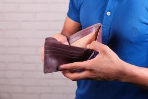 man som håller en tom plånbok foto