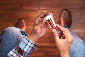 person som håller en pillerflaska