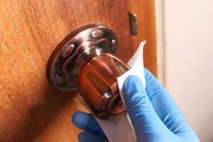 rengöring av dörrvredet foto