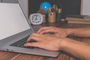 mänskliga händer som använder datorer för att arbeta och kommunicera foto