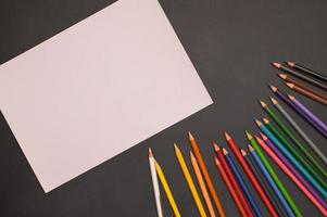 flerfärgade pennor och vitt papper foto