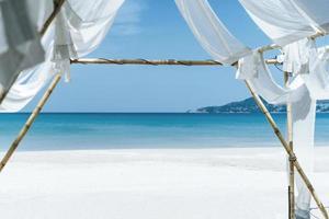 tropisk strand med ljusblå himmelbakgrund foto