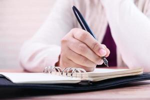 kvinna skriver i en dagbok