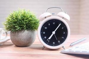 väckarklocka på skrivbordet